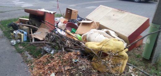 Kecskemét Nyíri út - Lánchíd utca sarkán hulladéklerakat. / Fotó: hulladekvadasz.hu