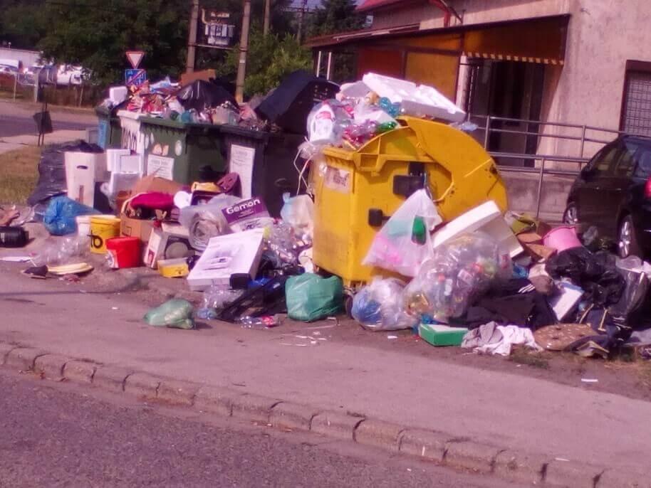 Határ úti orvosi rendelő melletti kaotikus állapotok. / Fotó: hulladekvadasz.hu