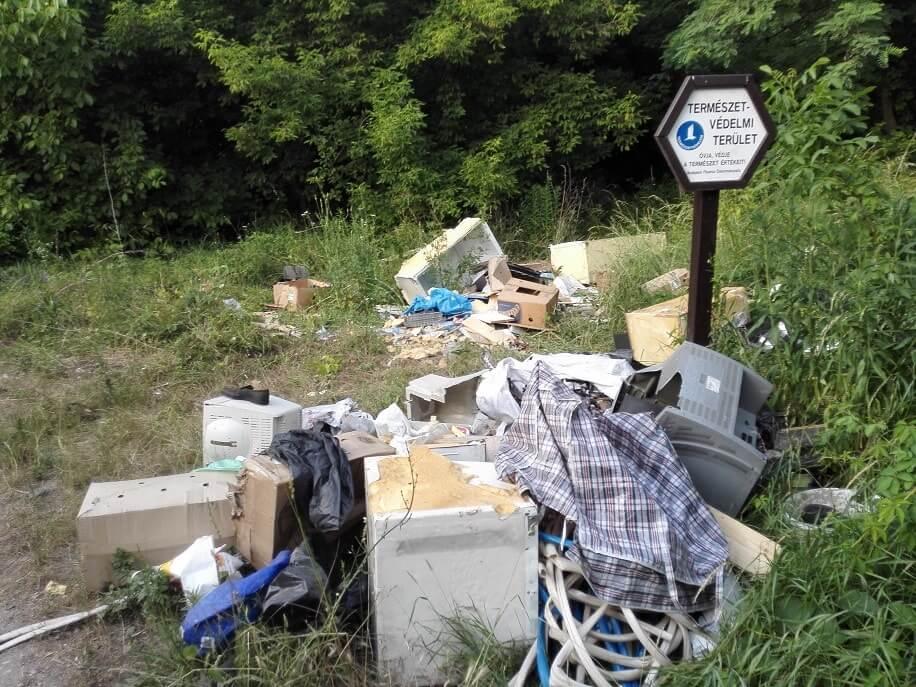 Természetvédelmi terület táblájánál hulladéklerakat a XVI. kerületben. / Fotó: hulladekvadasz.hu
