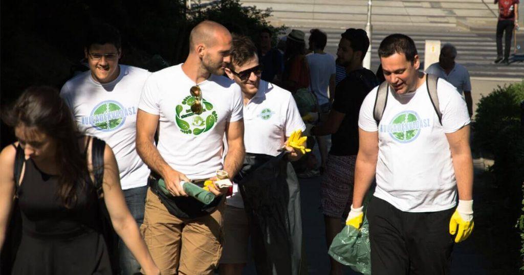 Csapataink, önkénteseink mindenre elszántak a környezetvédelemért. Következő állomás, a Népsziget. / Fotó: hulladekvadasz.hu