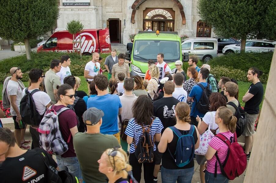 Önkéntesek hada a Szent Gellért téren. / Fotó: Kalmár Krisztián - hulladekvadasz.hu