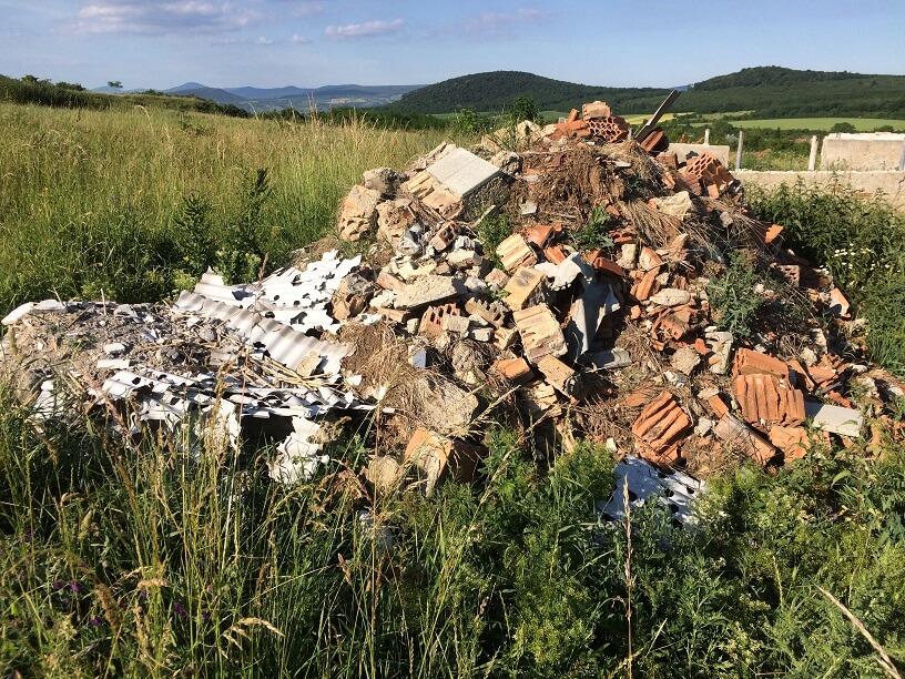 Monok külterülete tele van ilyen és ehhez hasonló illegális hulladéklerakatokkal. / Fotó: hulladekvadasz.hu