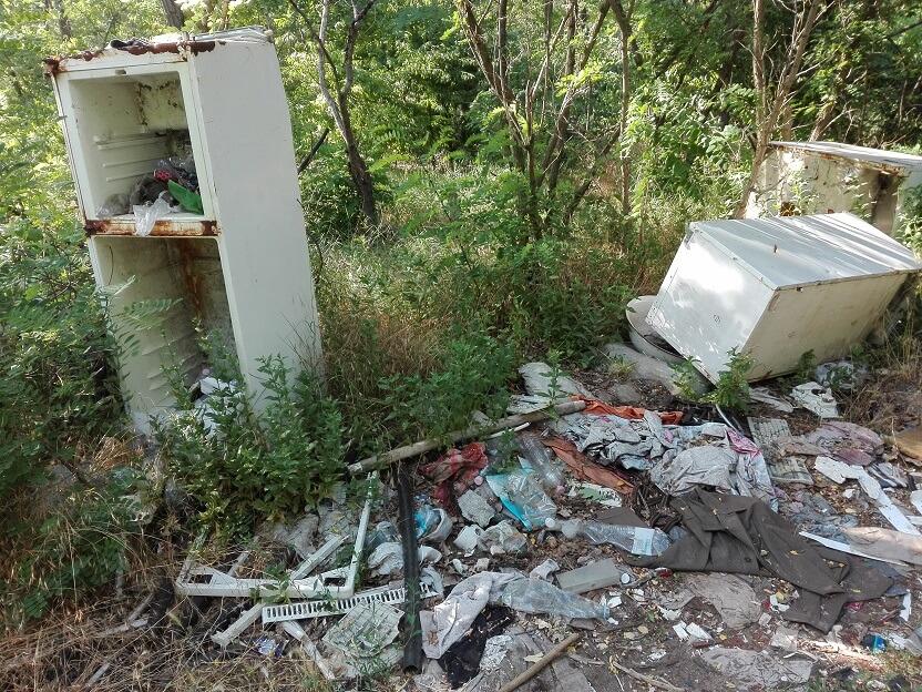 """A természetbe """"belerohadó"""" hűtők képe egy csernobili katasztrófához hasonlatos látványt nyújt. / Fotó: hulladevadasz.hu"""