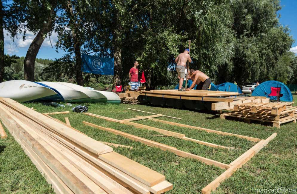 A részvevők a helyszínen szerelték össze az általuk tervezet hajóikat. / Fotó: Magyar Csaba