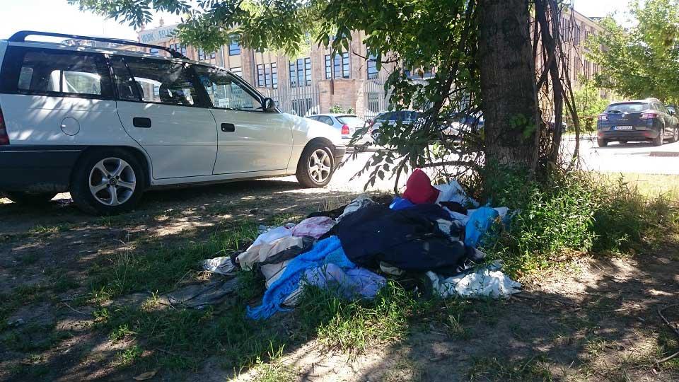 Az Alsóhegy utca ruhahulladékhalma - Valaki sietve költözött? / Fotó: hulladekvadasz.hu
