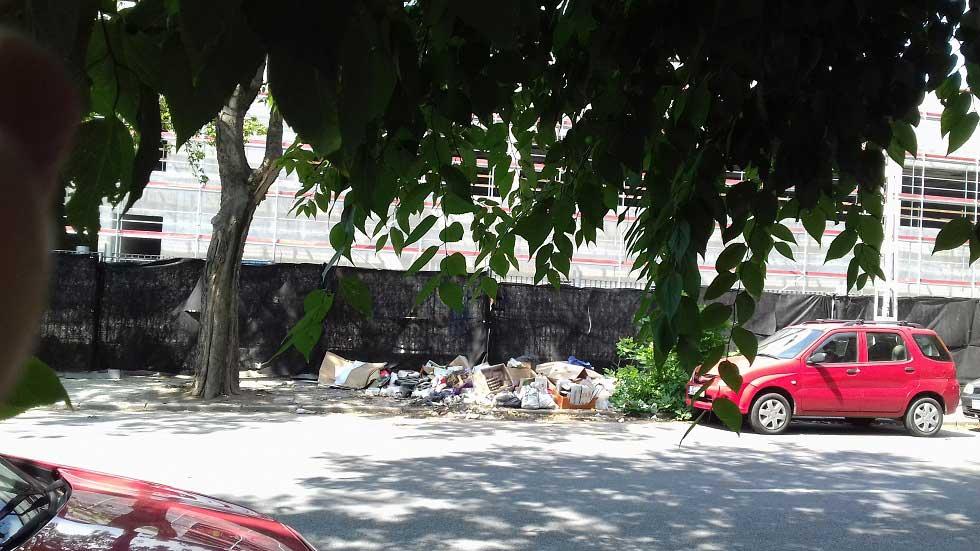 Hulladékhalmok a Diószeghy utcában. / Fotó: hulladekvadasz.hu