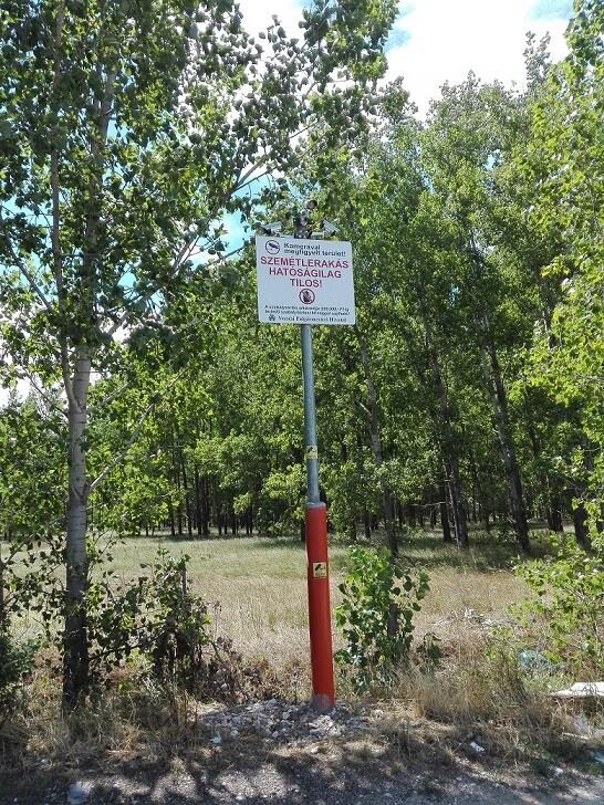 Vecsési bejelentési helyszínen lévő tiltó tábla. / Fotó: hulladekvadasz.hu