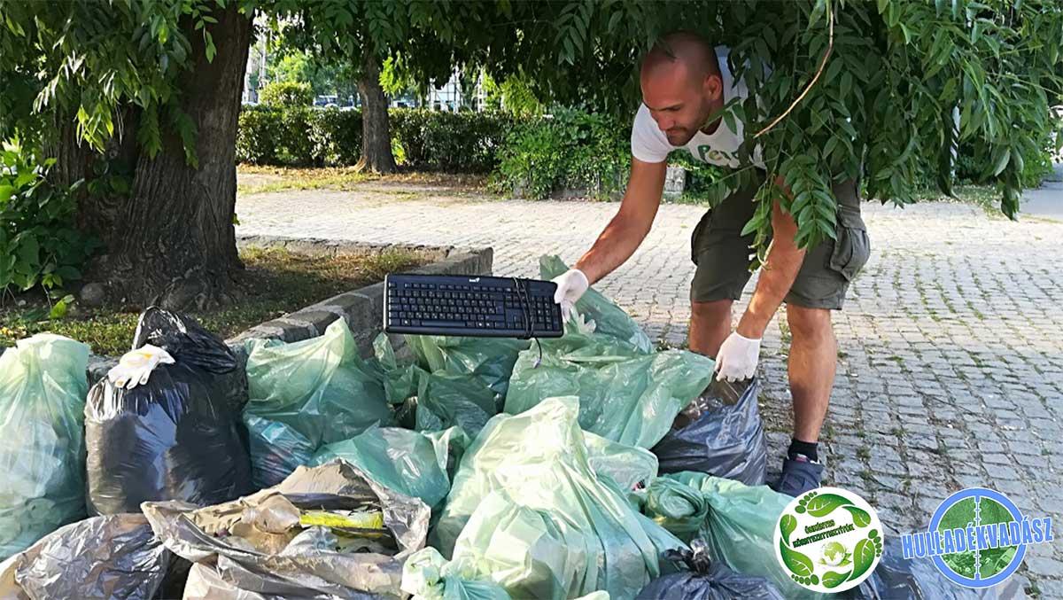 Az aktivisták többféle a parkba oda nem illő hulladékkal találkoztak. / Fotó: hulladekvadasz.hu