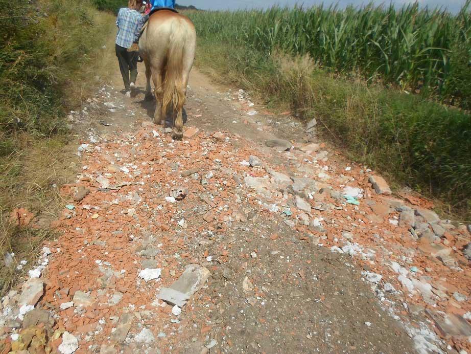 A patás állatokat cseppet se kímélő építési hulladékkal szennyezett földúti szakasz. / Fotó: hulladekvadasz.hu