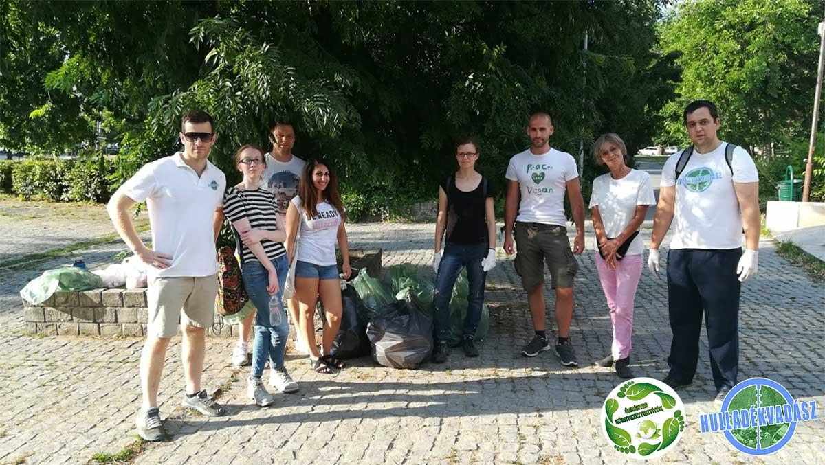 A rendezvényen részt vevők egy része az esemény félidejében. / Fotó: hulladekvadasz.hu