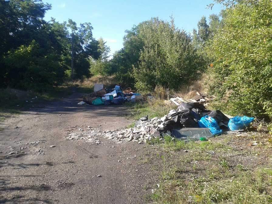 Két jellegzetes illegális hulladéklerakat a Gubacsi hídfő helyszínén. / Fotó: hulladekvadasz.hu