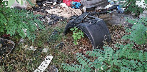 Gyáli csatorna mellett bontott autó rendszámmal