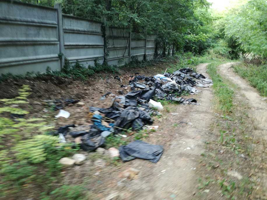 A két temető közt folyamatos az illegális hulladéklerakás a Fűz-Tarkarét-Ezüstfa utcák nyomvonalán. / Fotó: ZÖLD XVII egyesület