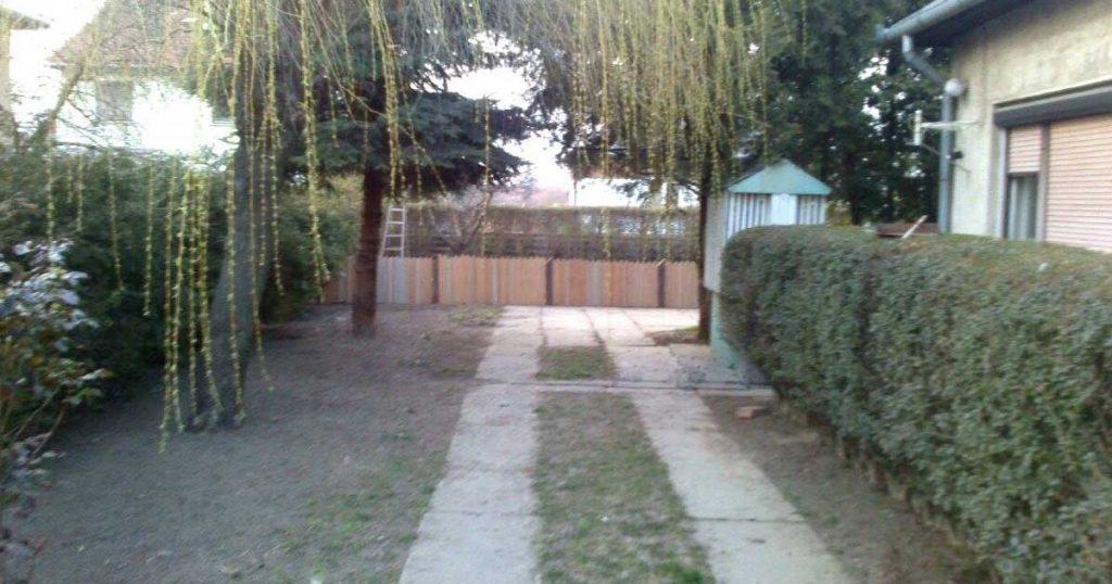Használt redőny maradványaiból készült kerti kerítés. / Fotó: hulladekvadasz.hu