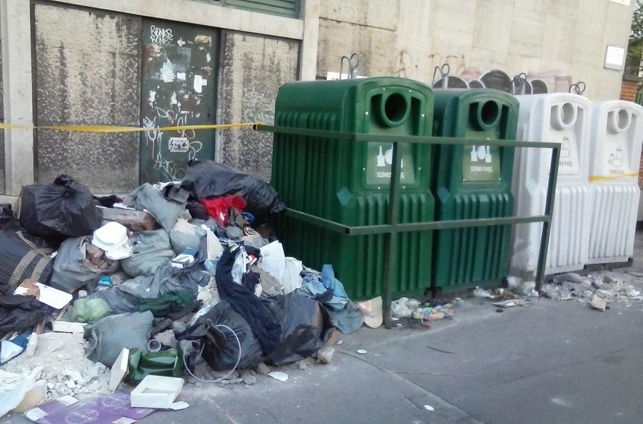 Liliom utca szelektív hulladékgyűjtőjének megszokott látványa. / Fotó: hulladekvadasz.hu - 2017.09.01.