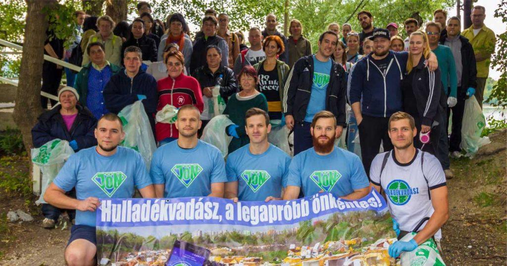 Népszigeti szemétszedése alkalmával összegyűlt népes tömeg. / Fotó: Cseke László - Hulladekvadasz.hu