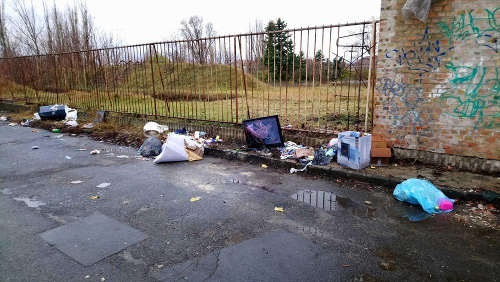 A szétvert tévével együtt lehangoló képet fest Zugló ezen utcaszakasza.