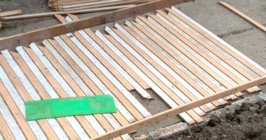 Kerítés összeállításának második lépése. / Fotó: hulladekvadasz.hu