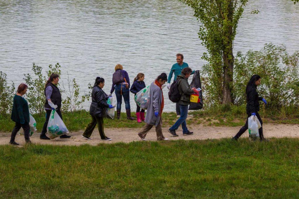 Az önkéntesek hamar bevették a Népsziget minden zugát, hogy hulladék sehol se maradjon. / Fotó: Cseke László - Hulladekvadasz.hu