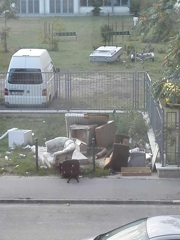 Egy komplett nappali hever az utca mentén. / Fotó: hulladekvadasz.hu
