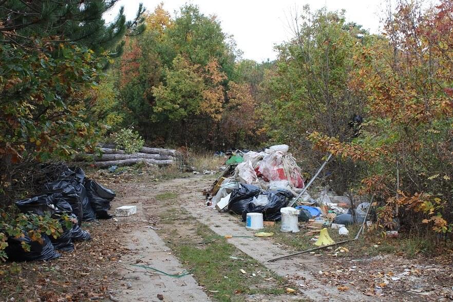 Építési, veszélyes hulladék, szinte minden megtalálható ezen a félreeső útszakaszon. / Fotó: hulladekvadasz.hu