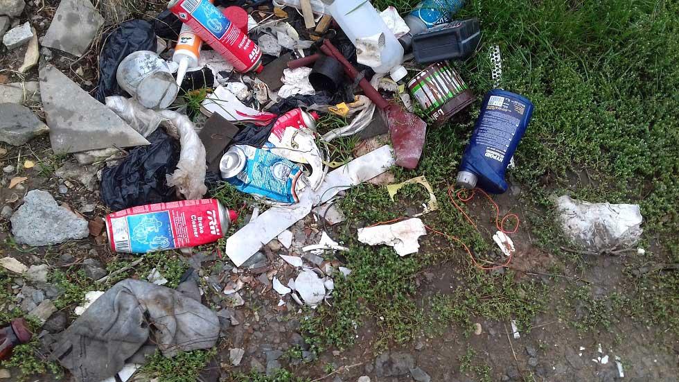 A hulladékhalmokban akad bőven veszélyes hulladék is. / Fotó: hulladekvadasz.hu