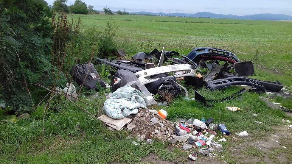 Zagyvaszántó és Apc között vajon hány autó darabjai hevernek a mezőn / Fotó: hulladekvadasz.hu