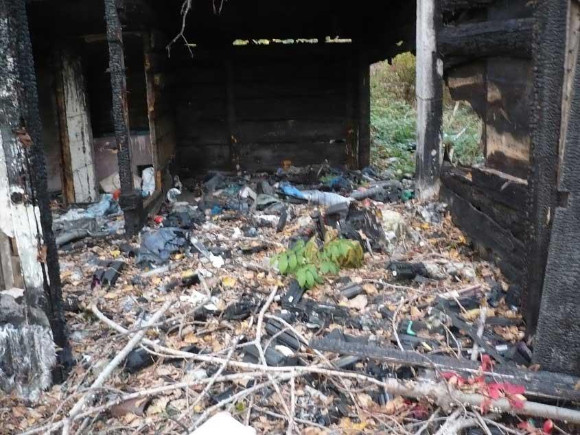 Az épület belseje és a benne elégett hulladék maradványa. Vajon véletlen volt? / Fotó: hulladekvadasz.hu
