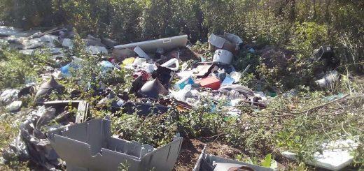 Novaj határában hömpölygő hulladék
