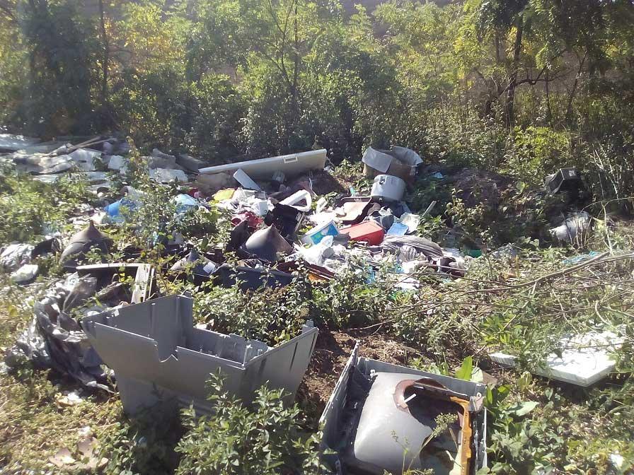 Novaj külterületén már a természet se tudja elfenni a környezetgyalázást. / Fotó: hulladekvadasz.hu