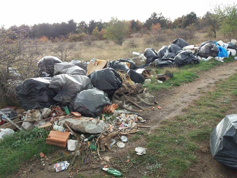 Építési hulladék, kommunális és minden, ami egy szeméttelepre való, de nem a természetbe. / Fotó: hulladekvadasz.hu
