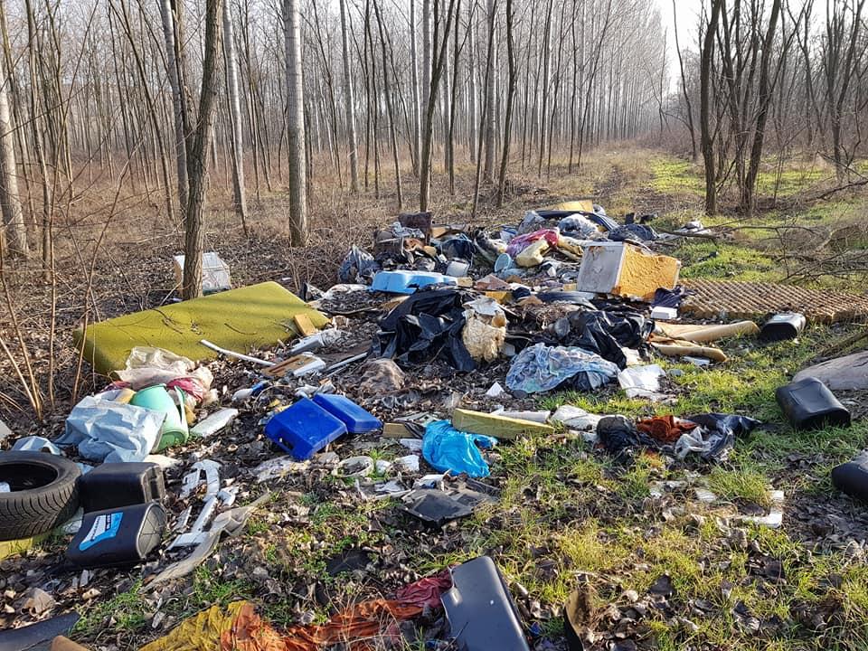 Egy tipikus illegális hulladéklerakat látványa Gyál külterületén. / Fotó: hulladekvadasz.hu