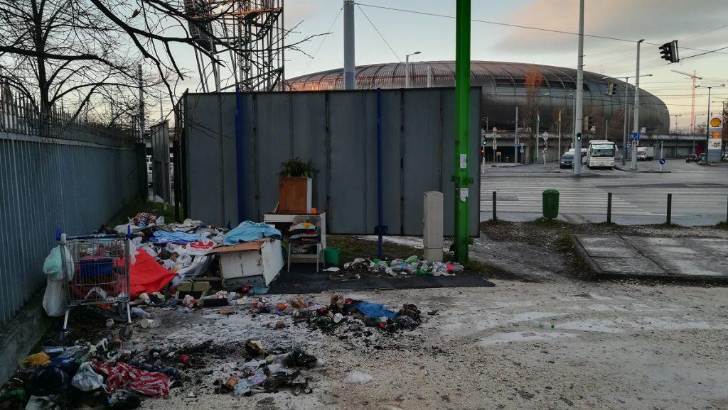 """Nyomor a Stadionok mellett egy szinte """"összkomfortos"""" nyitott lakás képét adja. Már csak a karácsonyfa hiányzik. / Fotó: hulladekvadasz.hu"""