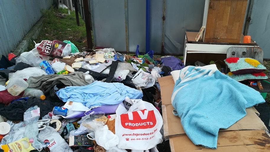 Vannak embertársaink akik mellett naponta elhaladunk mit sem törődve azok nyomorával. / Fotó: hulladekvadasz.hu