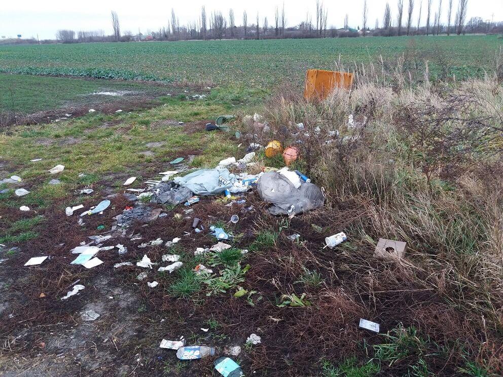 Kommunális hulladék, ja és egy bontott hűtő a mező közepén. / Fotó: hulladekvadasz.hu