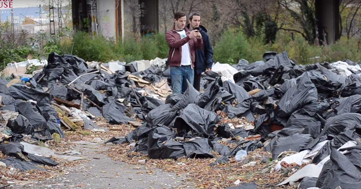 Hulladékvadászok a majdnem embermagasságú építési hulladékhegyek közt.