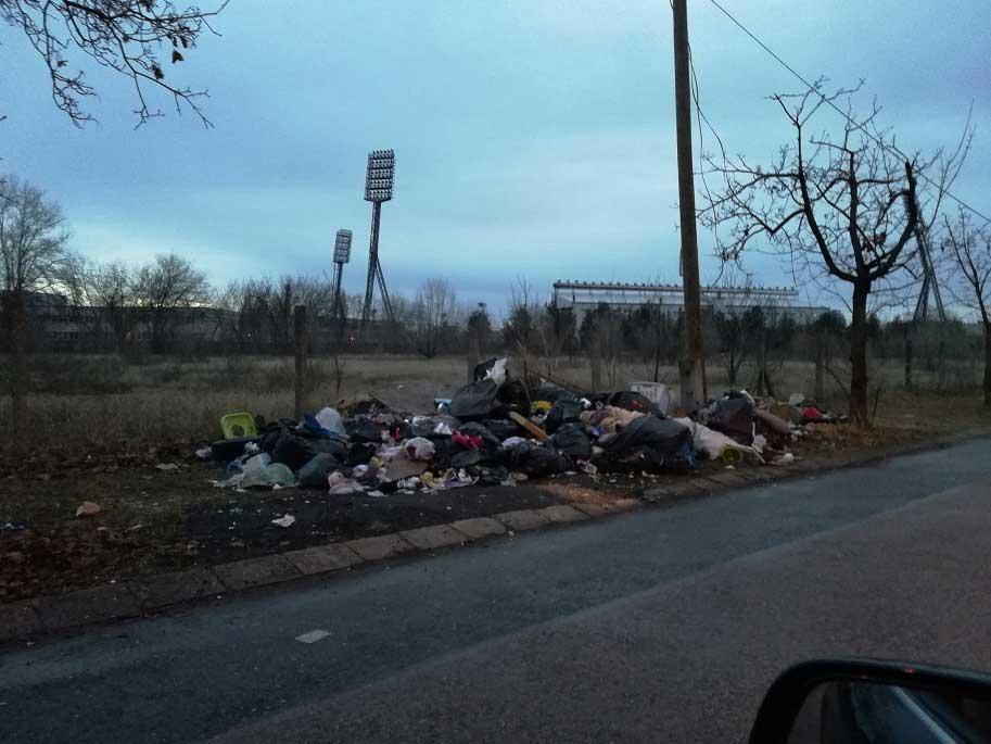 Szemét elől, háttérben a Bozsik stadion. / Fotó: hulladekvadasz.hu