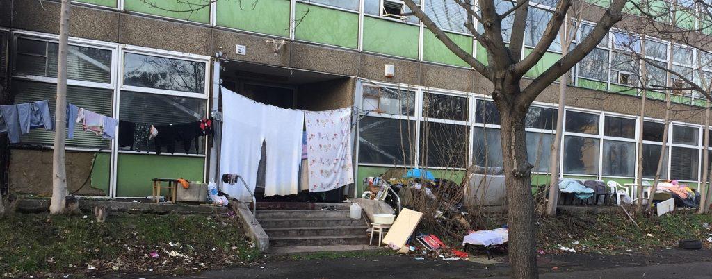 Az épület bejárata előtt felhalmozott hulladék, de vajon mi lehet bent? / Fotó: hulladekvadasz.hu