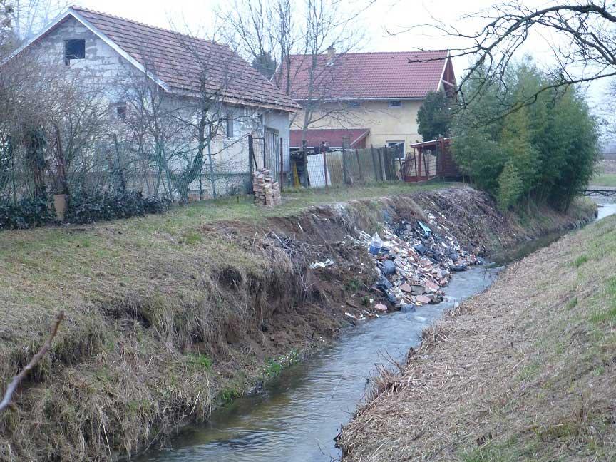 Házfelújítás? Rosszul csinálod. Aranyhegyi-patak szennyezett szakasza. / Fotó: hulladekvadasz.hu