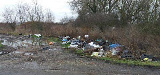 Csorna vasúti átkelőjénél hulladéklerakat