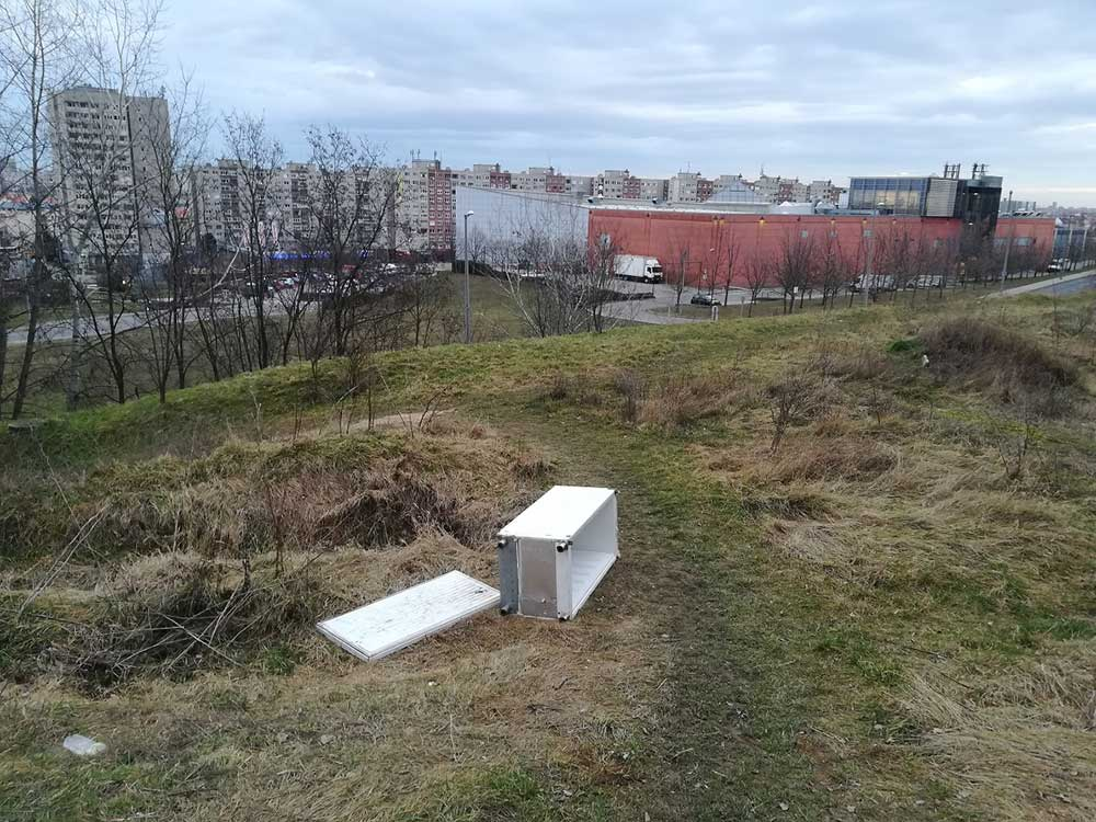 Bontott hűtő, háttérben az óbudai Eurocenter épülete. / Fotó: hulladekvadasz.hu