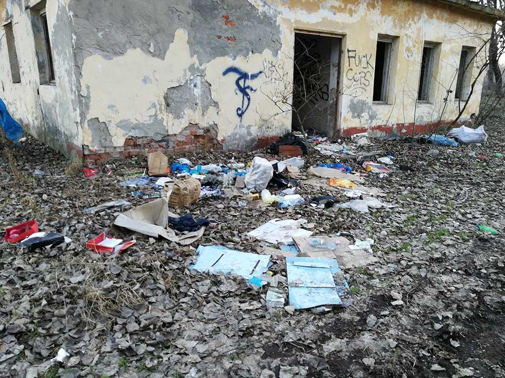 A volt laktanya épülete mellett vegyes hulladék található a GAMF kollégium közelében. / Fotó: hulladekvadasz.hu
