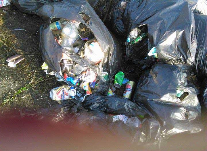 A zsákokban kommunális hulladék is található. / Fotó: hulladekvadasz.hu