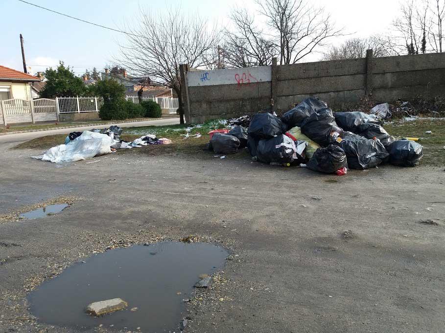 A Temetősor utca Alsóhatár út sarkán másfél hete gyűlő szemétlerakat. / Fotó: hulladekvadasz.hu