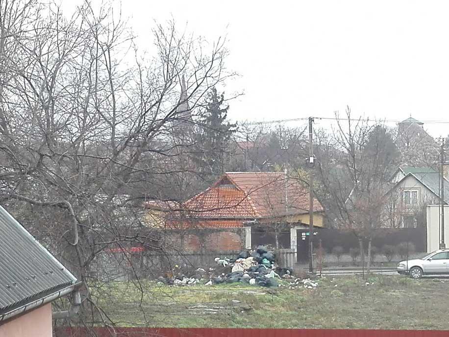 Az utcára kifolyó szemét látványa a debreceni Jókai utcában. / Fotó: hulladekvadasz.hu
