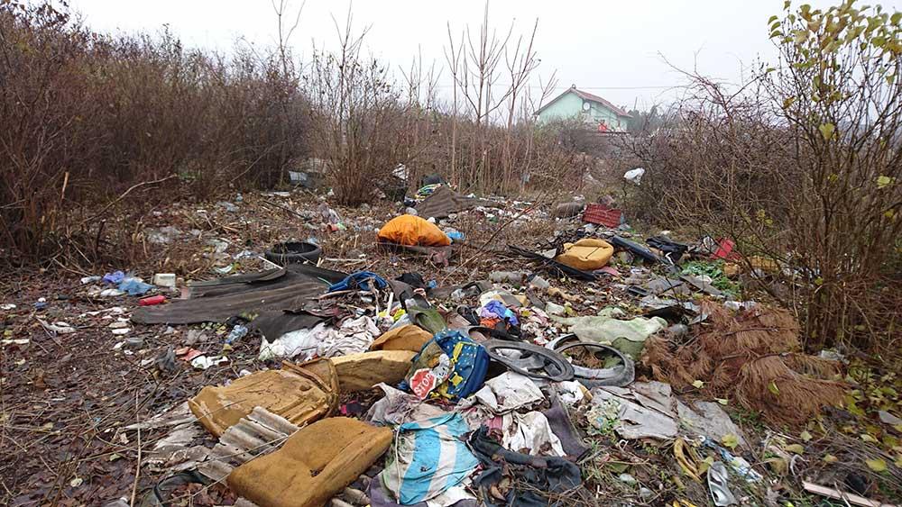 A Zólyomi utca szemete tönkre teszi a környezetet. / Fotó: hulladekvadasz.hu