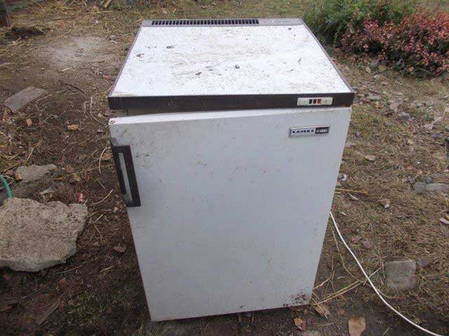 Elromlott hűtőszekrény, vajon ebből hogy lesz kutyaház?