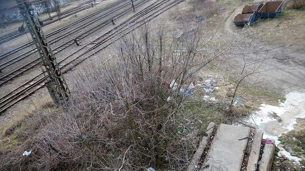 A szemét a vasúti gyalogos átkelő nyugati lejáratánál a Tahi utcai vastelep mellett. / Fotó: hulladekvadasz.hu