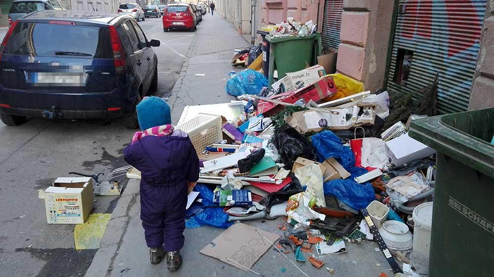 A szeméttől elöntött, járhatatlan útszakasztól a gyerekek is megijednek. / Fotó: hulladekvadasz.hu