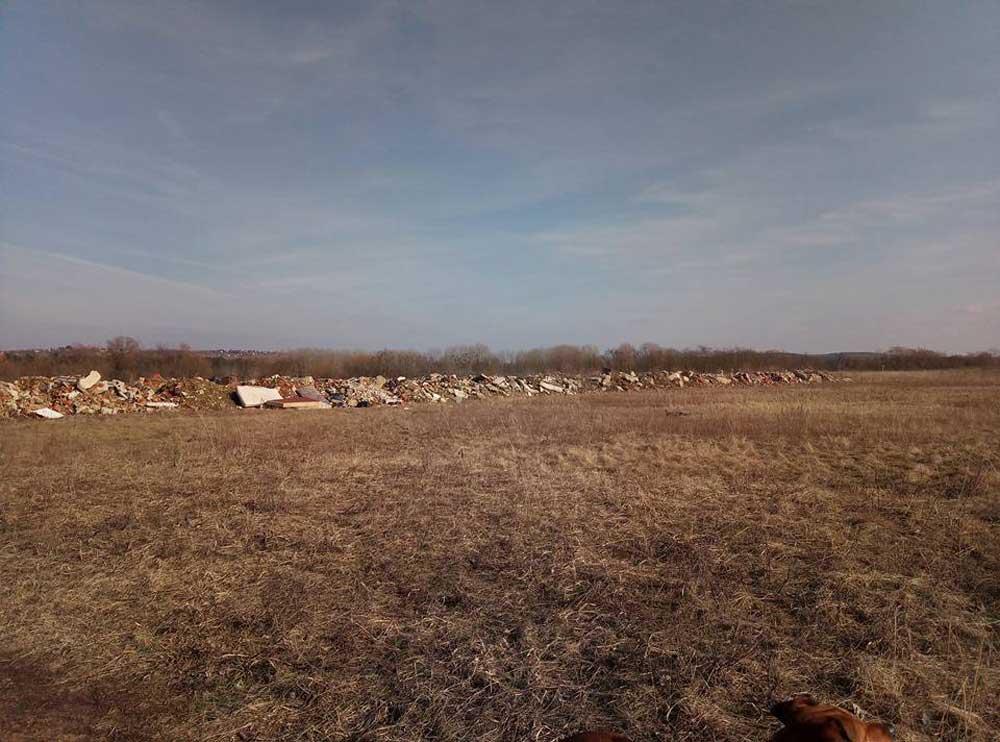 Több száz tonnányi építési hulladék Veresegyház Ivacs városrészében. / Fotó: hulladekvadasz.hu